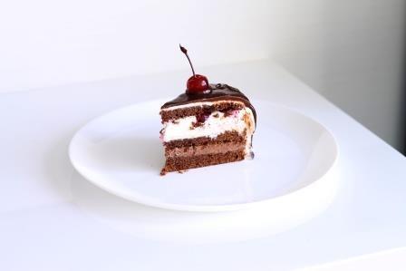 Шоколадный торт с вишнями